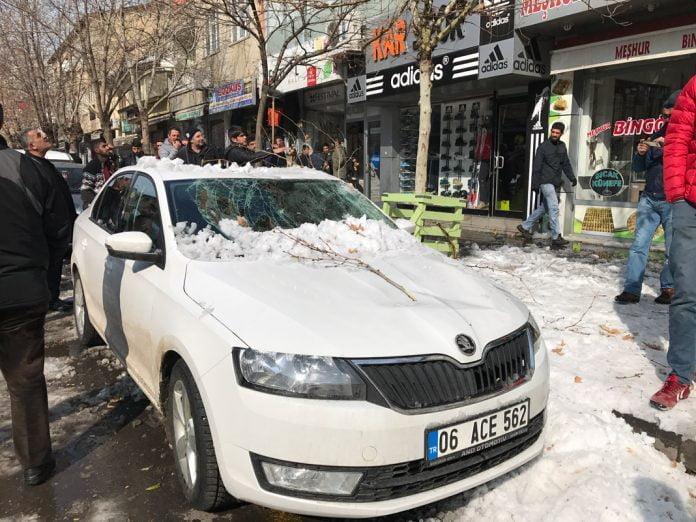 Kar kütlesi araçta hasar oluşturdu