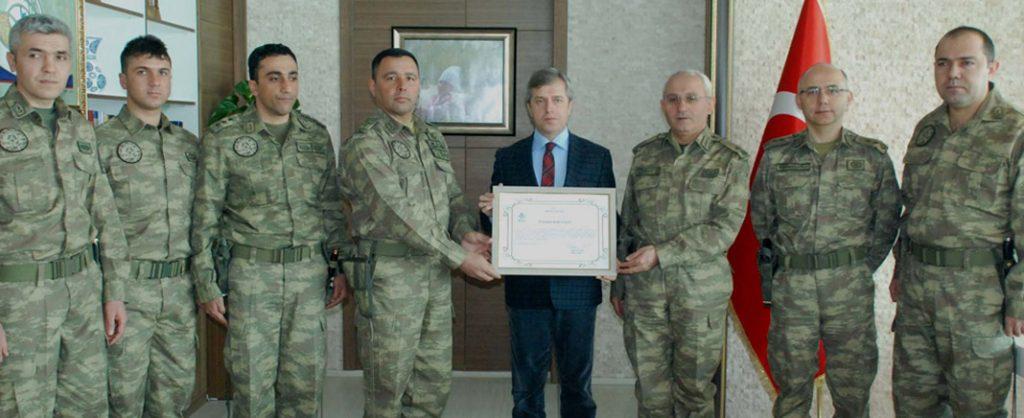 Vali Çınar'dan Tuğgeneral Güney'e teşekkür belgesi