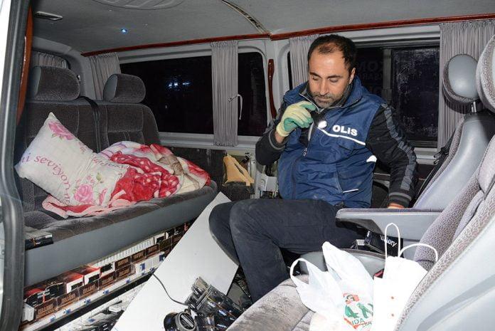 Polisin durdurduğu minibüsün her yerinden kaçak sigara çıktı